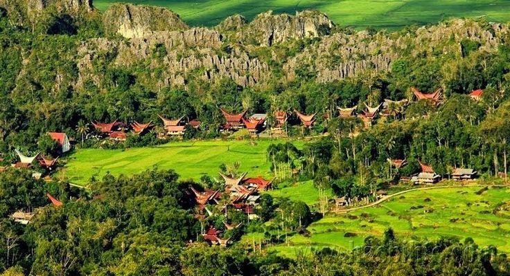 Tana Toraja yang berada di wilayah Sulawesi Selatan. Tana Toraja menjadi destinasi favorit tersendiri bagi para wisatawan sebab menawarkan magnet berupa kebudayaan dan adatnya yang sangat kental.