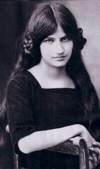 """Jeanne Hébuterne, 1914. """"Piccola, capelli castani dai riflessi rossi, l'incarnato pallido al punto che gli amici la chiamavano Noix de Coco proprio per quel vivo contrasto fra pelle e capigliatura…"""" da Jeanne Modigliani, Modigliani,mio padre"""