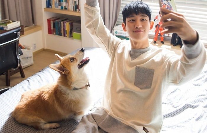 """FNC Entertainment has released photos of actor Jung Hae In on the set of the SBS drama """"While You Were Sleeping."""" Jung Hae In currently stars in """"While You"""