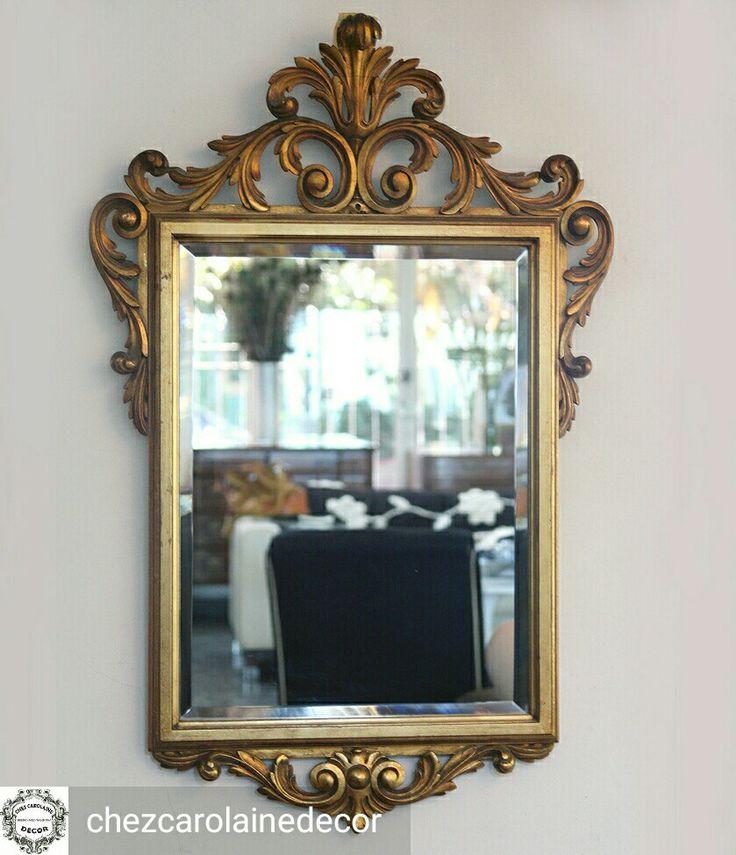 Espejo biselado con un increíble y detallado marco de madera tallado. El estado es impecable, tanto del espejo como del marco.  MEDIDAS Largo: 62 cm (total) Alto: 95 cm (total)