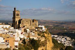 Situata fra il Mar Mediterraneo e l'Oceano Atlantico, l'Andalusia presenta una serie di aspetti non solo differenti, ma perfìno contrastanti: dalle fredde vette della Sierra Nevada intorno a Granada alle zone basse e calde del Guadalquivir, dai deliziosi declivi della costa mediterranea alle steppose alture di Baza e di Guadix. Il tr