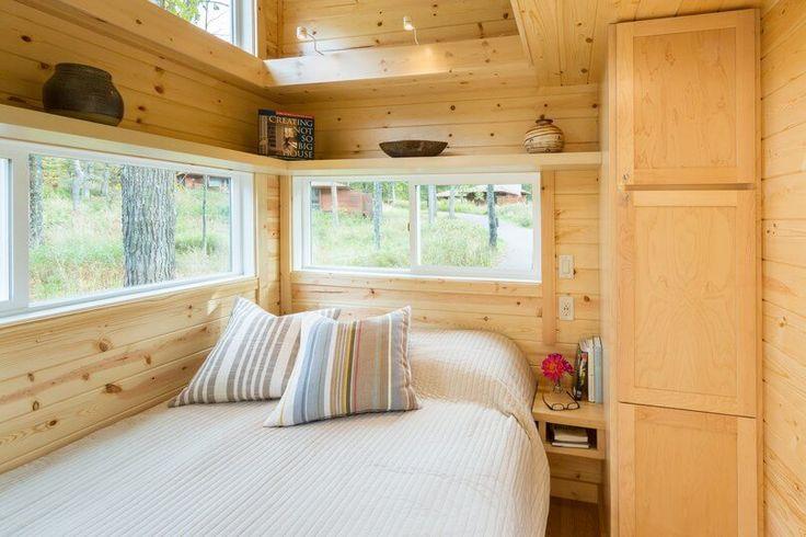 เตียงนอนขนาดไม่ใหญ่มาก แต่บริเวณชั้นบนก็มีชั้นให้วางของตกแต่งบ้านได้รอบๆเหมือนกันครับ