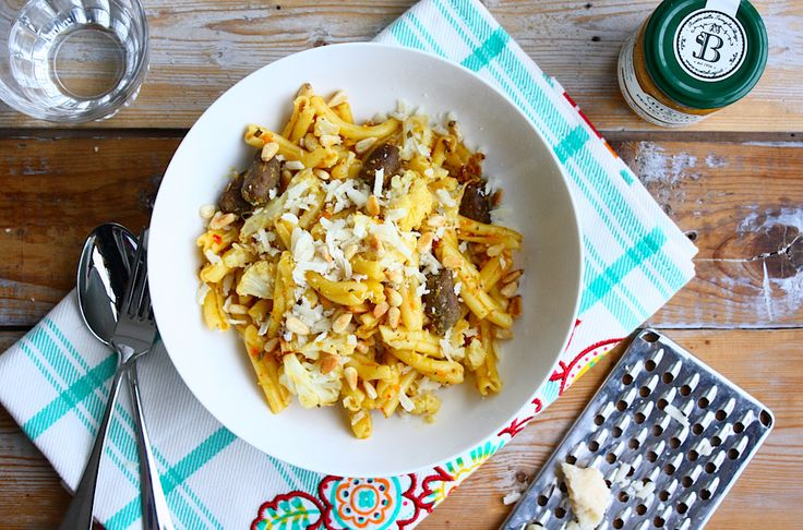 Pasta met bloemkool. knoflook, ui, tijm, (vega)worst, pesto giallo, sojaroom, parmezaanse kaas, pijnboompitten