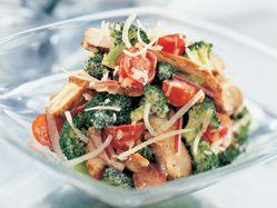 Salade de brocoli croquant au poulet et au cheddar
