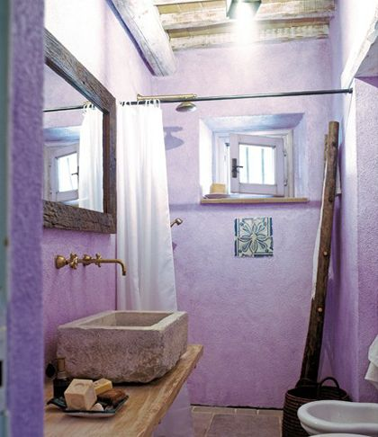 beautiful stone texture, everything in this bathroom space makes sense