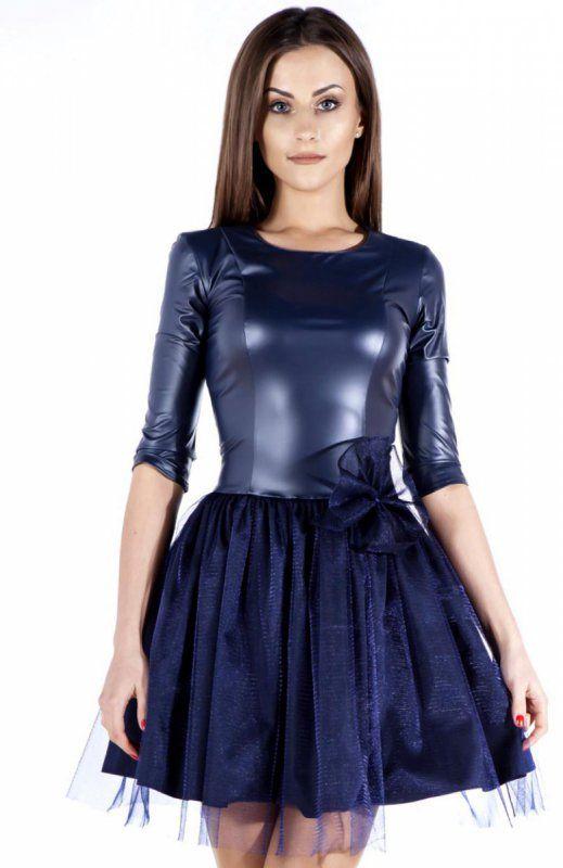 Bicot 2106-06 sukienka granatowa Niespotykana sukienka, góra dopasowana wykonana z dzianiny typu ekoskóra, pionowe przeszyci optycznie wydłużają sylwetkę