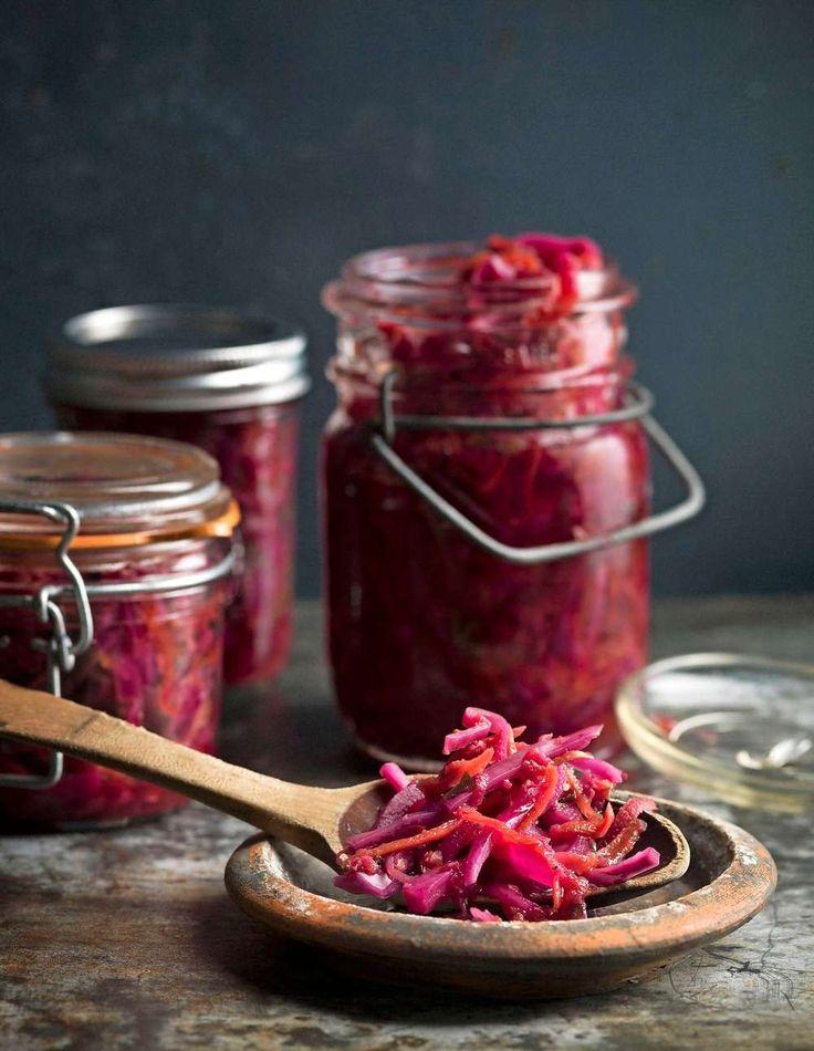 Hemgjord kimchi på syrad rödkål med ingefära och sambal oelek, så gott!