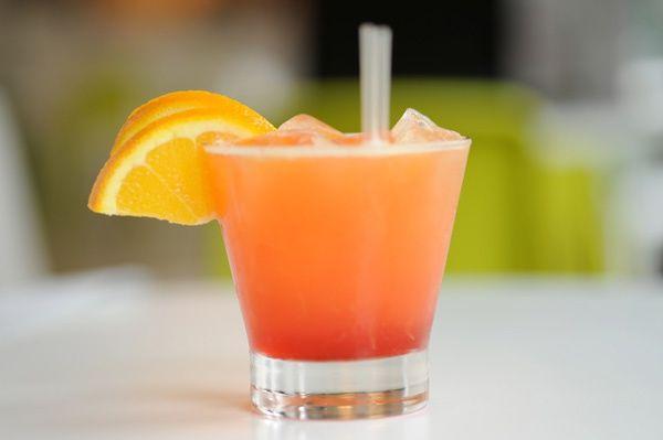 Lust auf Party? Aber sicher! Auch Schwangere und Stillende dürfen sich einen feinen Drink gönnen. Ohne Alkohol – dafür mit anderen Zutaten, die besonders gesund sind für Mutter und Kind. Wir verraten die schönsten Rezepte – damit Sie sich so richtig verwöhnen lassen können.