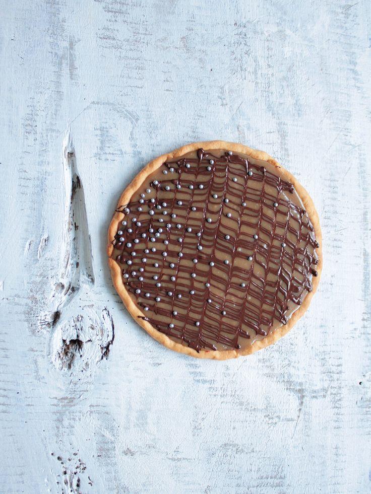 ciastka z kremem: mazurek chałwowy z porzeczkami i czekoladą