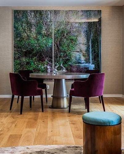 Mesa de jantar prateada deixou o ambiente bem moderno com a ajuda das poltronas roxas