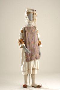 Γυναικεία νυφική ενδυμασία Πυργιού Χίου Στο τοπικό ιδίωμα λέγεται σκολιανό φόρεμα. Το πουκάμισο είναι άσπρο βαμβακερό χωρίς μανίκια. Το εξωτερικό φόρεμα έχει πιέτες στην πλάτη, το σαμαράκι. Χαρακτηριστικό της φορεσιάς τα 2-3 μαντήλια του στήθους που φορούσαν μαζί, 'γιατί ήταν ντροπή να φανεί το στήθος' -αντίληψη που εκφράζει τις αξίες και τη θέση της γυναίκας στο Πυργί. Ο κεφαλόδεσμος λέγεται σαρίκι και τον πρωτοφοράει η κόρη όταν γίνει 20 χρονών ή και νωρίτερα, αν παντρευτεί. Αποτελείται…