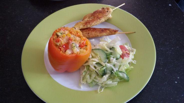 Gevulde paprika met gegrilde kipspiesjes