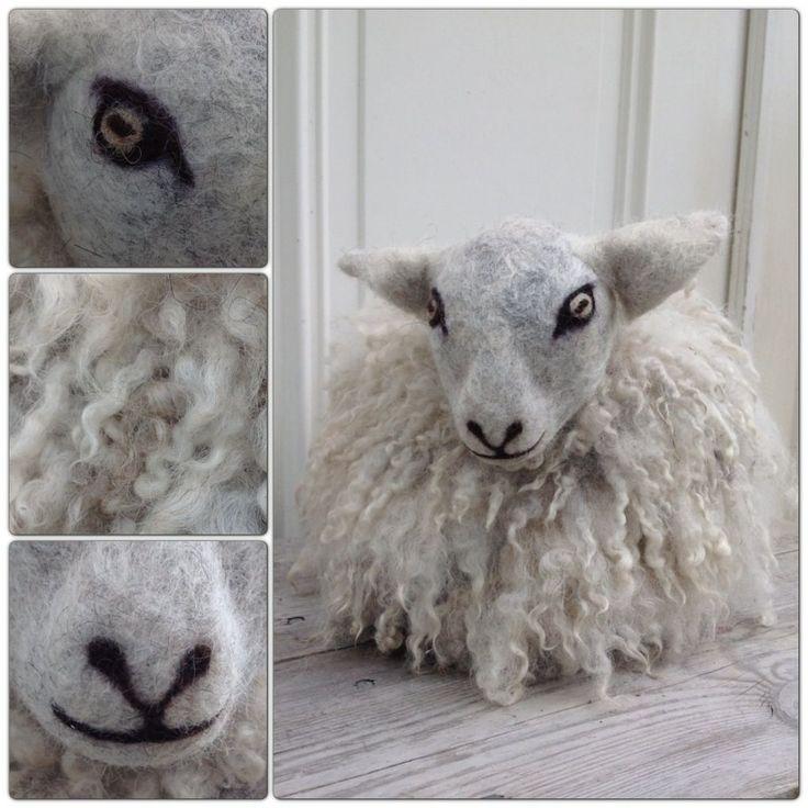 En god vän har får och gav mig ett antal kassar med ull när vi köpte ett lamm av henne i höstas. Döttrarna och jag tillbringade större delen av höstlovet med att sortera, tvätta, torka, färga, kard…