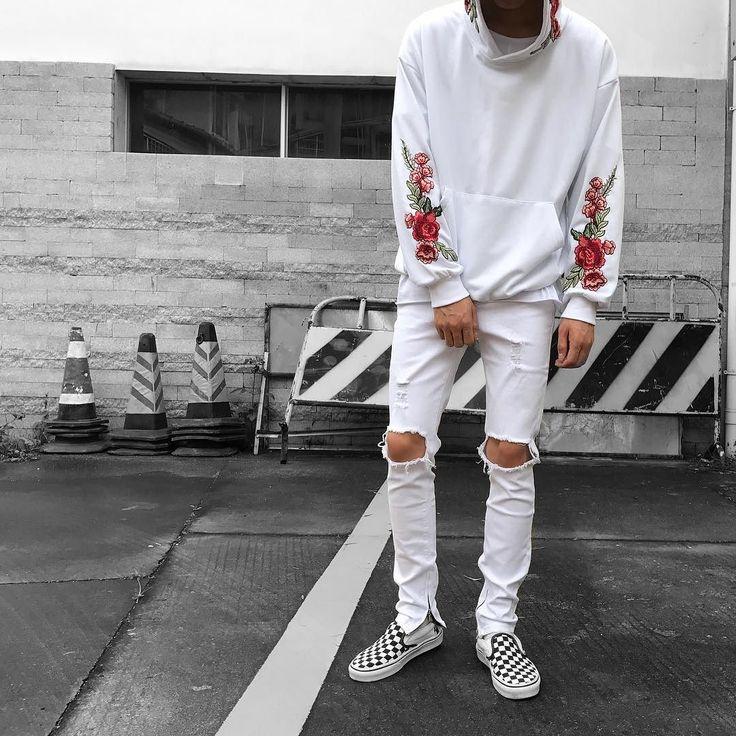Os casacos de moletom têm aparecido com mais destaque nas coleções, ganhando bordados, estampas e detalhes. Na foto? moletom branco com estampa de flores e calça branca rasgada.