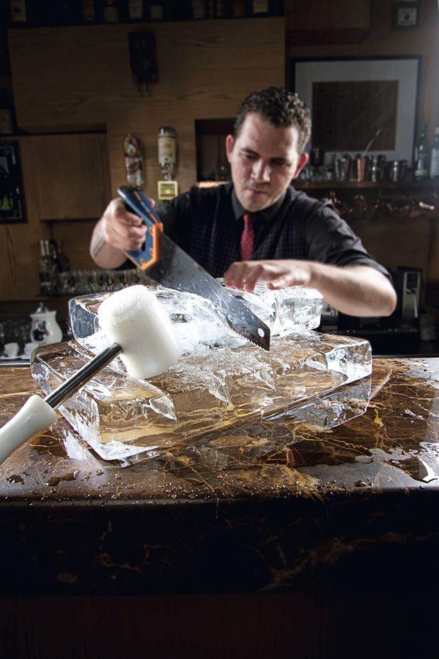 Esferas e cubos cristalinos são cada vez mais comuns em bares que se levam a sério. Além de melhorarem o visual dos drinques, derretem mais devagar e evitam que a bebida fique aguada. Aprenda a fazer em casa e impressione como bartender.
