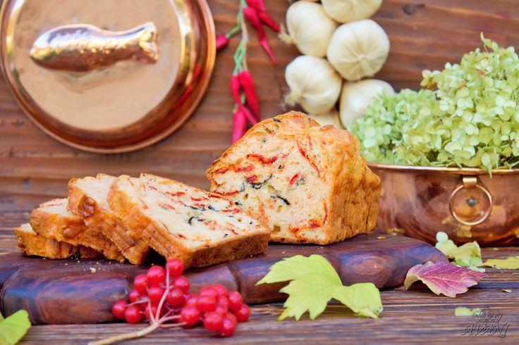 Хлеб Капрезе с моцареллой и вялеными томатами.