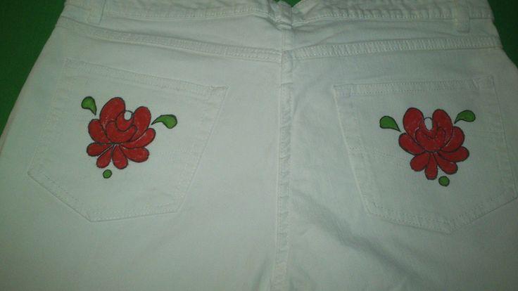 Pantalones blancos con los bolsillos pintados. Fehér farmernadrág, festett hátsó zsebekkel.