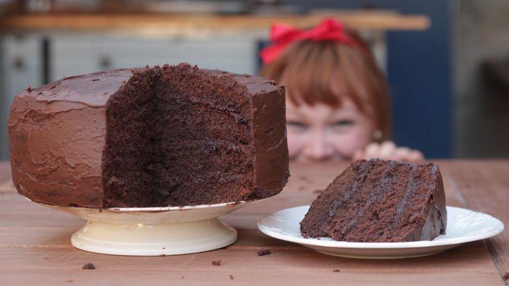 """Nada como um delicioso bolo de chocolate, com recheio de chocolate e cobertura de chocolate! E tudo isso inspirado no filme """"Matilda"""", de 1996."""