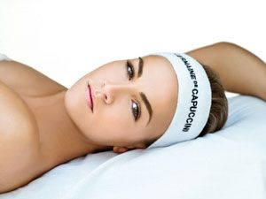 El peeling químico facial es un tratamiento no invasivo que elimina capas superficiales de células muertas. El peeling está compuesto por ácidos que actúan sobre la piel, renovando sus capas, eliminando manchas en la cara, arrugas y en general logrando un color uniforme