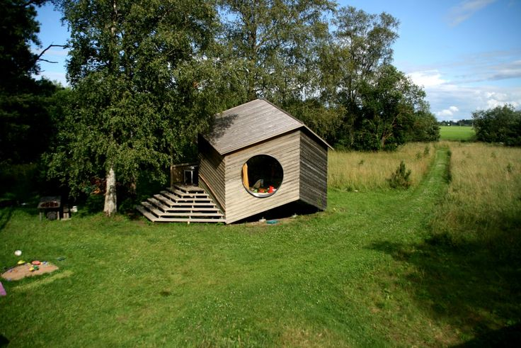 Blogissa: Geometriasta inspiraationsa saanut puutarhamökki  #kesämökki #oikotieasunnot #unelmienasunnot #blogi #jaanusorgusaar