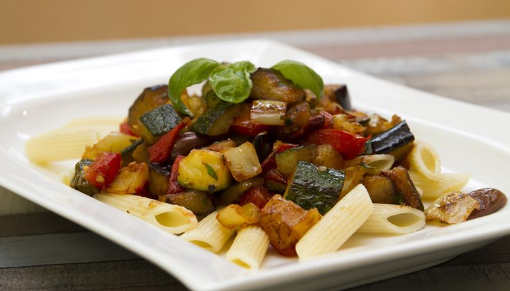 Penne vegyes grillzöldségekkel - Egészséges és laktató, egyszerű és gyors. Ezekkel a jelzőkkel lehet illetni a pennét vegyes grill zöldségekkel.
