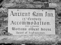 """Zou jij durven slapen in een Bed-and-breakfast waar je letterlijk struikelt over de spoken? Als jet antwoord """"Ja"""" is, ben je bij de Ancient Ram Inn aan het juiste adres!"""