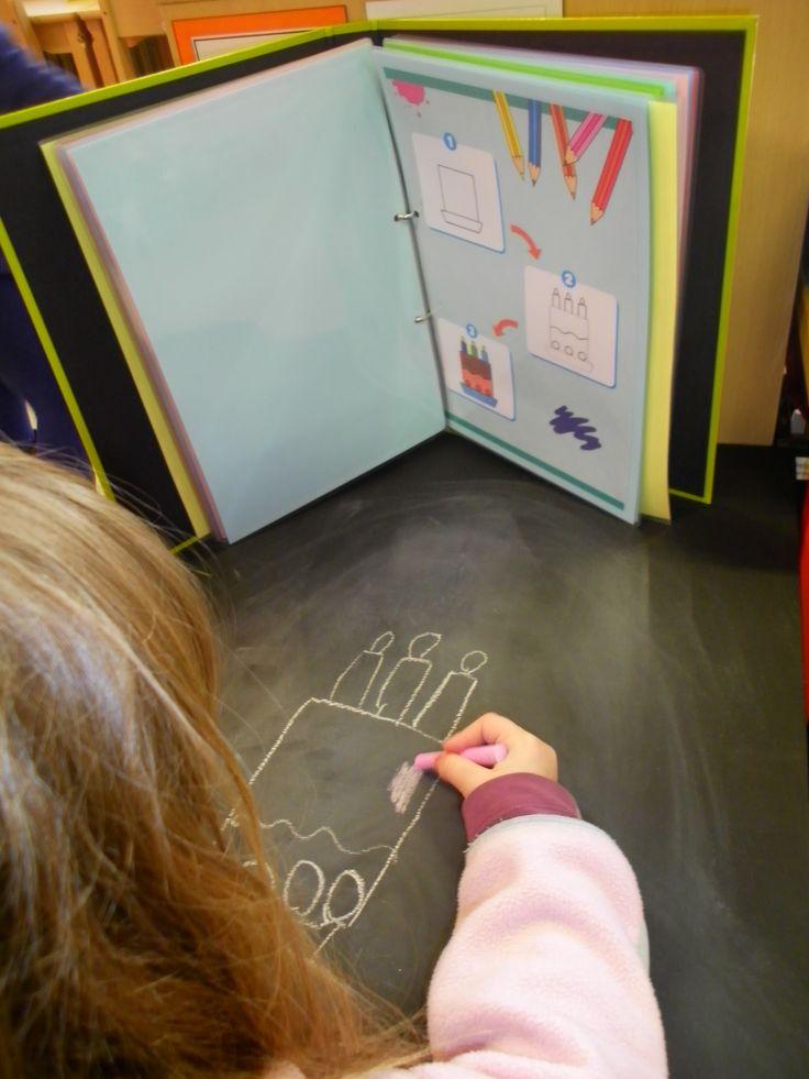 Tafel beschilderd met krijtbordverf, voor oudere kleuters samen met map met stappenplannen om te tekenen