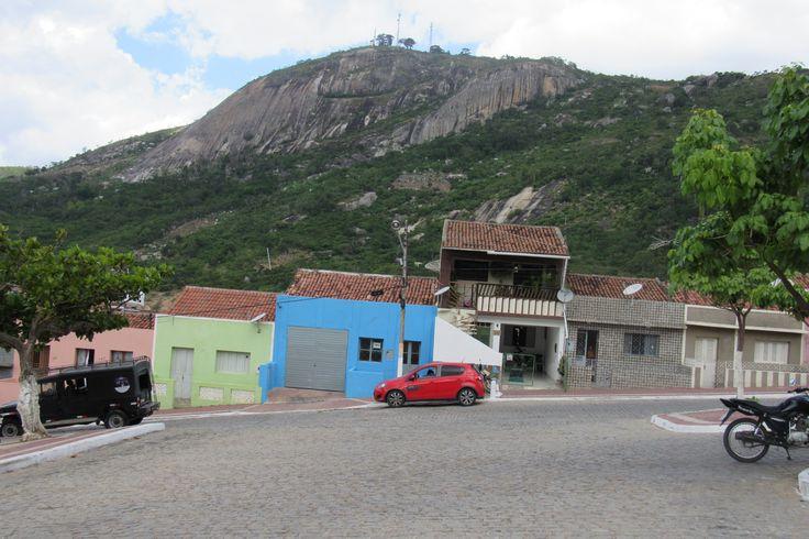 Brejo da Madre de Deus, agreste de Pernambuco, com a Serra da Prata ao fundo.