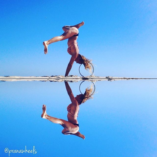 """Life is like a mirror. Smile at it and it smiles back at you"" #smile #pranawheel #yoga #yogawheel #yogaeverywhere #yogaeverydamnday #yogawheelaustralia #pranawheelsaustralia #handstand #handstandpress #puppypress"