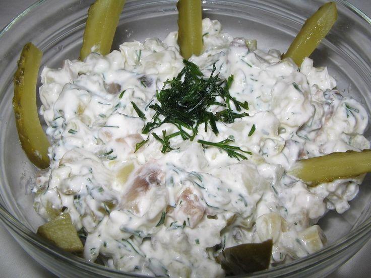 Salata de ciuperci cu legume - Este o salata usor de facut si foarte gustoasa la care am inlocuit maioneza cu smantana, dar se poate pune si iaurt.