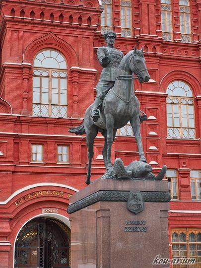 ジューコフ元師騎馬像とロシア国立歴史博物館の前にはジューコフ元師騎馬像が。ロシア 旅行・観光おすすめ見所!