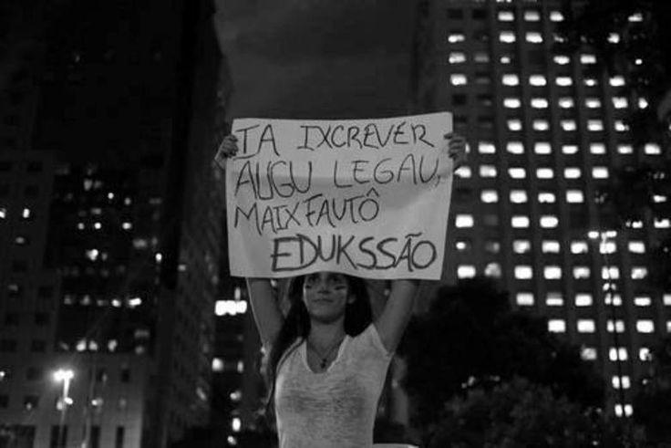 Cartaz ilustra como a falta de educação no país pode trazer várias consequências, inclusive não saber escrever corretamente uma faixa para protestar