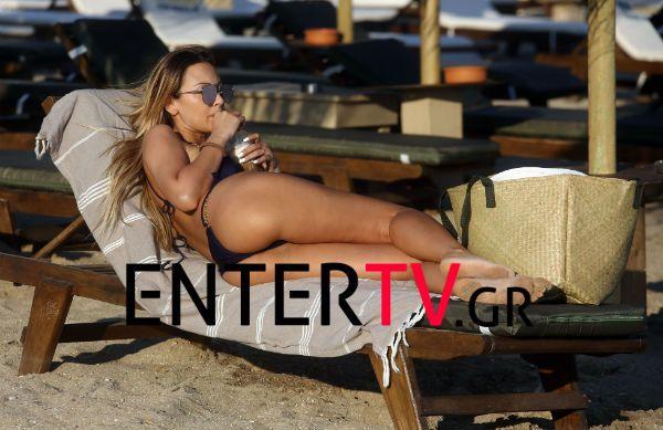 Η Διονυσία Κουκίου απολαμβάνει τον καφέ της στην παραλία και «αναστατώνει» τους λουόμενους!