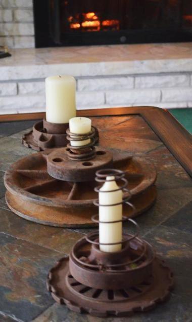 Engrenagens, aros antigos... Aqui eles se transformaram em criativos castiçais, mas podem virar base de luminárias de pé também!