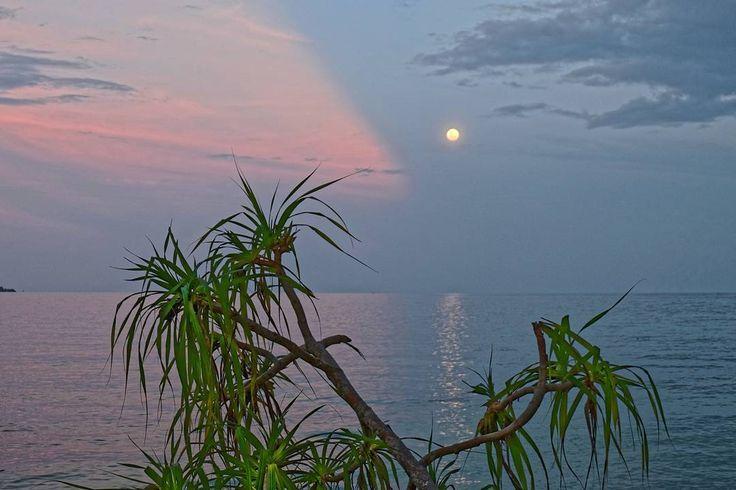 The sun is set and the moon is rise  .  #traveling #me #sunset #moon #beach #islandlife #island #fujifilm #fujifilm_id #photo #magic #magician