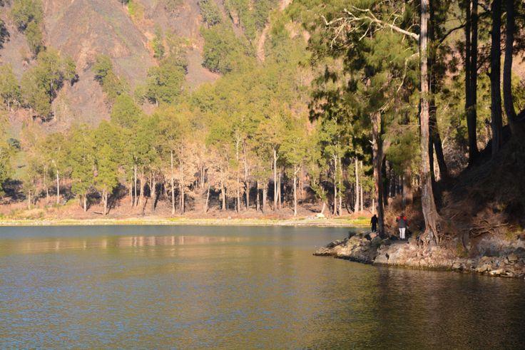 Pemandangan Danau Segara Anak tempat berkemah malam kedua.