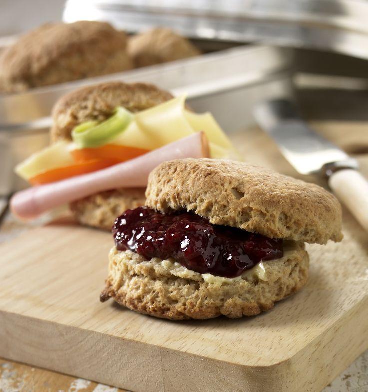 Scones: Lettlaget og knallgode til frokost, eller lunsj. Disse kan også stå i kjøleskapet noen dager, og stekes etterhvert.