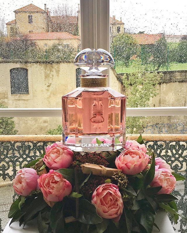 Rain outside. Mon Guerlain inside.Discovering the new Mon Guerlain Florale the first declination of Mon Guerlain. Last year when the original scent was presented I recall asking my dear @thierrywasser in an interview for @vogueportugal his thoughts on the never ending dance of new perfume launches and the God-knows-how-many-declinations per scent we see nowadays. (I cant help but to roll my eyes and nose to the industries obsession with having a new scent every other month). He paused smiled…