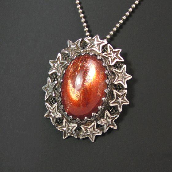 ギラリ!太陽の石。アンティーク風サンストーン・ペンダント
