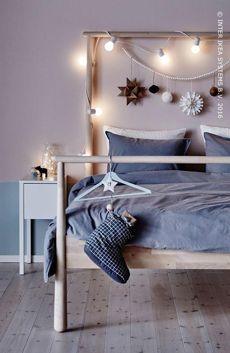 Êtes-vous un Christmaholic ? Donnez un look de Noël non seulement à votre séjour mais également à votre chambre à coucher ! Avec des lumières de Noël magiques, des textiles douillets et des décorations colorées, apportez l'atmosphère des fêtes dans votre endroit préféré. Découvrez nos idées ! #IKEABE #idéeIKEA  Are you a real Christmaholic? Give your bedroom a Christmas makeover with magical Christmas lights and wintery bed linen! Discover our ideas. #IKEABE #IKEAidea