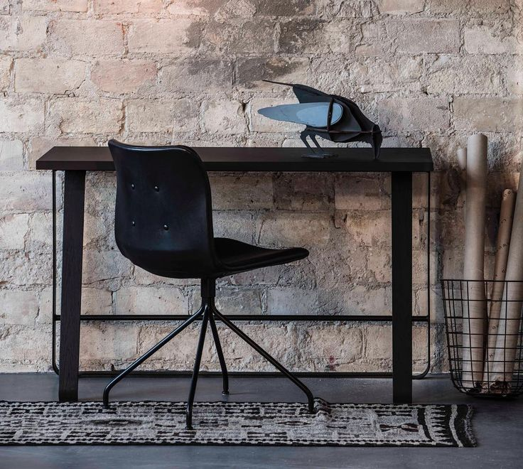 Hemingway desk and Primum chair. A small workplace that fits in everywhere.  #kontor #hjemmekontor #skrivebord #kontorstol