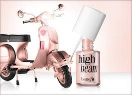 O iluminador líquido rosa acetinado para sobressair os ossos das bochechas e testa para um brilho radiante orvalhado. Usar sobre maquialhagem.