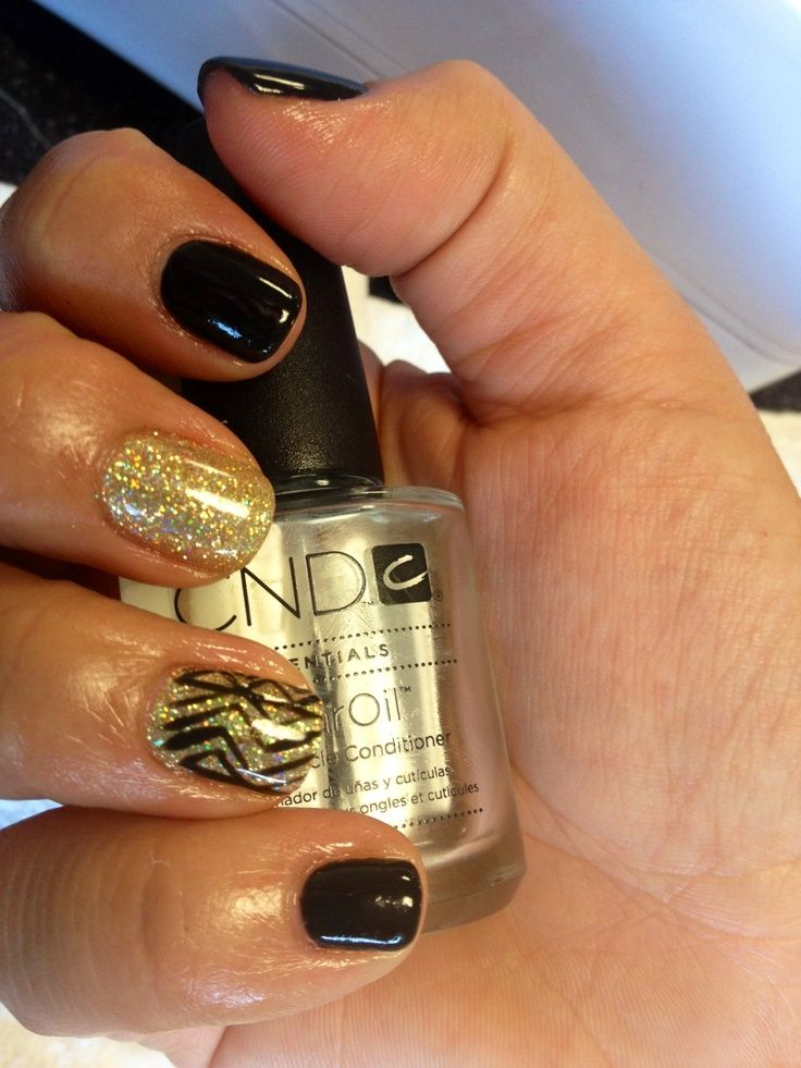 Gold and black nail art - so glamorous #wedding #gold #goldwedding #nailart #bride #goldblack