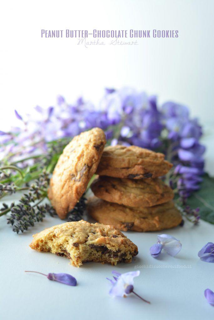 Peanut Butter-Chocolate Chunk Cookies di Martha Stewart