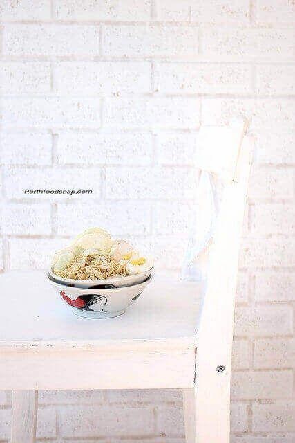 1. Bubur: Rebus beras, kaldu ayam, dan garam sambil diaduk 10 menit sekali sampai matang dan kental. Sisihkan.  2. Kuah: Panaskan minyak. Haluskan bawang merah, bawang putih, pala, merica, kemiri, kunyit dan ketumbar. Tumis bumbu halus dan jahe sampai harum. Masukkan ayam. Aduk sampai berubah warna. Tambahkan air, dan garam. Masak diatas api kecil sampai mendidih dan berkaldu. Angkat ayam.   3. Goreng ayam sampai matang. Suwir-suwir ayam.  4. Sajikan bubur dengan kuah, suwiran ayam, dan…