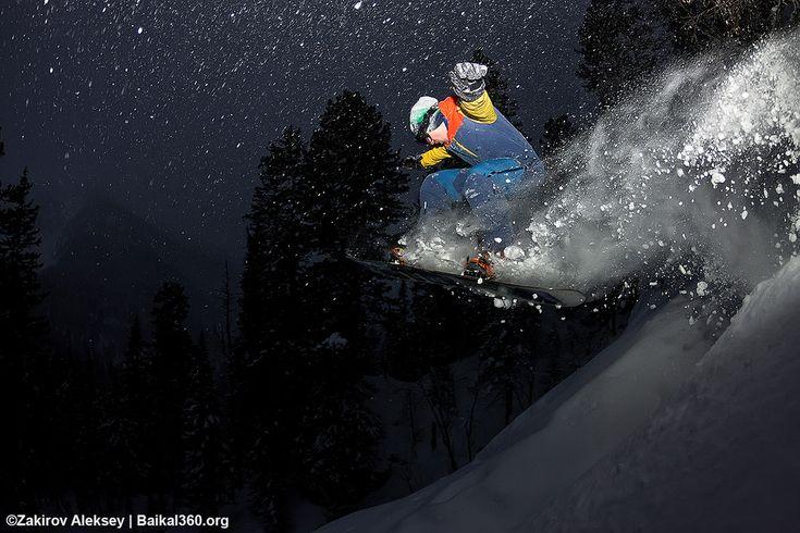 Ночные покатушки. Просто спать и есть в в день перед отъездом это не про нас. Поэтому с наступлением темноты, мы взяли свет и пошли взрывать нетронутый снег у зимовья. На фото: [vadim_danilov779|Вадим Данилов] [id_derzkiyyeti|Валерий Шеметов]  #mamayfirstsnow2017 #baikal360 #baikal #snowboarding #freeride #russiafreeridecup #siberia #lakebaikal #backcountry #heliski #snowboard #fwt #fwq #mamay #намамаеснеганет #фрирайд #сноуборд #байкал #кубокроссии #горы #зима