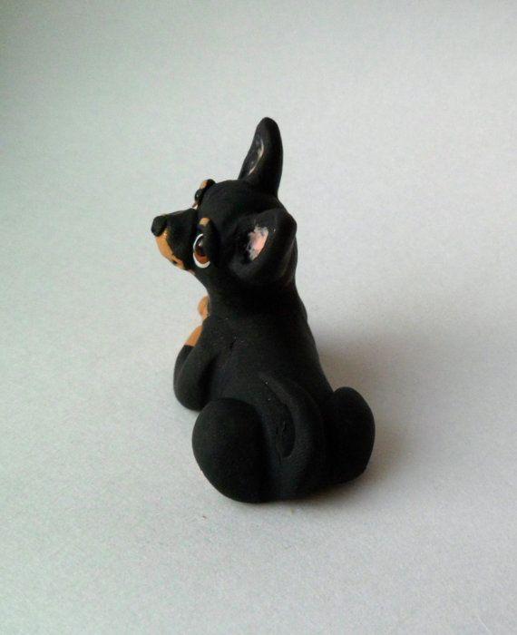 Perro de Chihuahua negro y fuego escultura polímero por theWRC