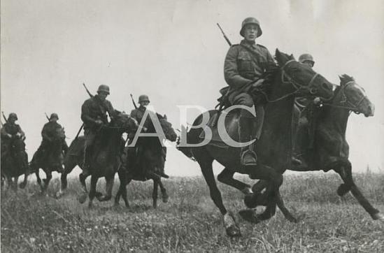 La División Azul Rusia. 1942. Un escuadrón de Caballería de la División Azul cabalga por la estepa en servicio de reconocimiento