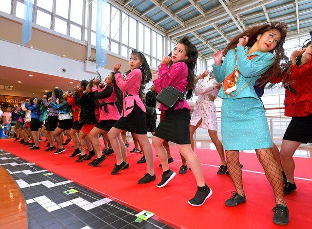 大阪府立登美丘高校(堺市)のダンス部による「バブル」をテーマにしたダンスが、キレのある動きと1980年代をほうふつとさせる衣装で話題になっている。16日、天保山マーケットプレース(大阪市港区)で開か… #ダンス #dance