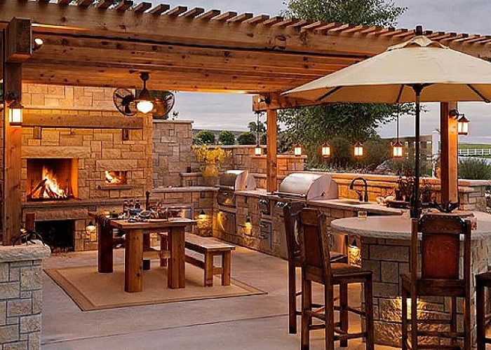 Outdoor kitchen & patio